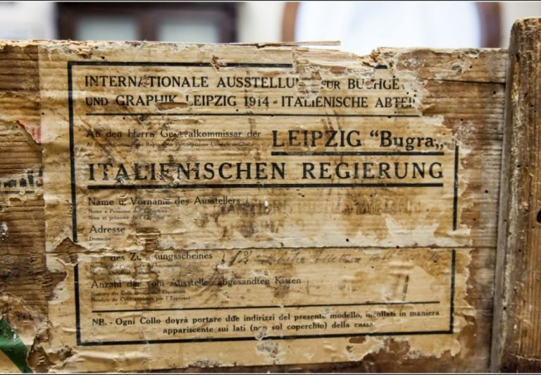 Authentic wooden box containing 10 folders of old paper since XIII century